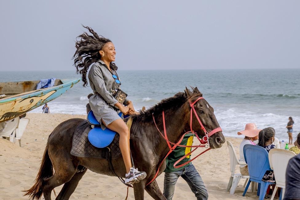 žena jaše konja