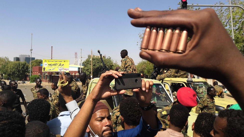 أحد المعتصمين يعرض فوارغ لطلقات استخدمته قوات الأمن في محاولتها تفريق الاعصتام