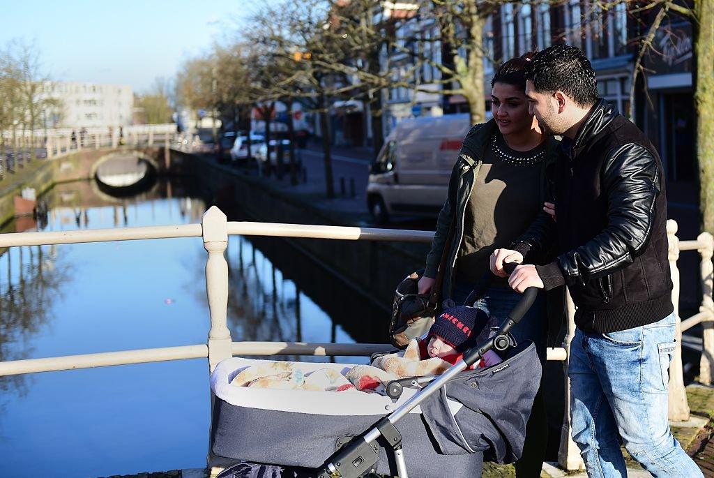 Migrantes refugiados iraquíes Ahmad y Alia con su bebé Adam en Leeuwarden, Países Bajos