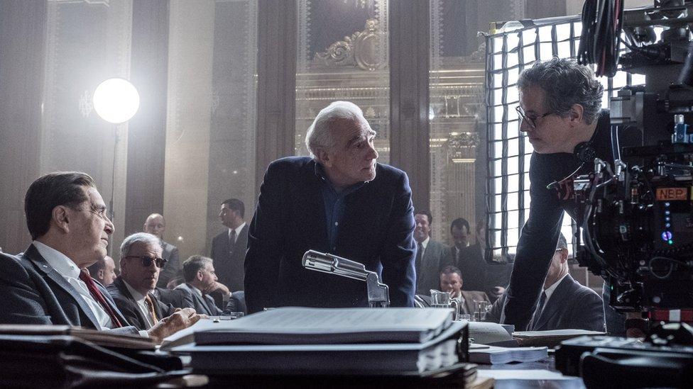 Rodrigo Prieto trabajando en un set junto a Martin Scorsese y Al Pacino.