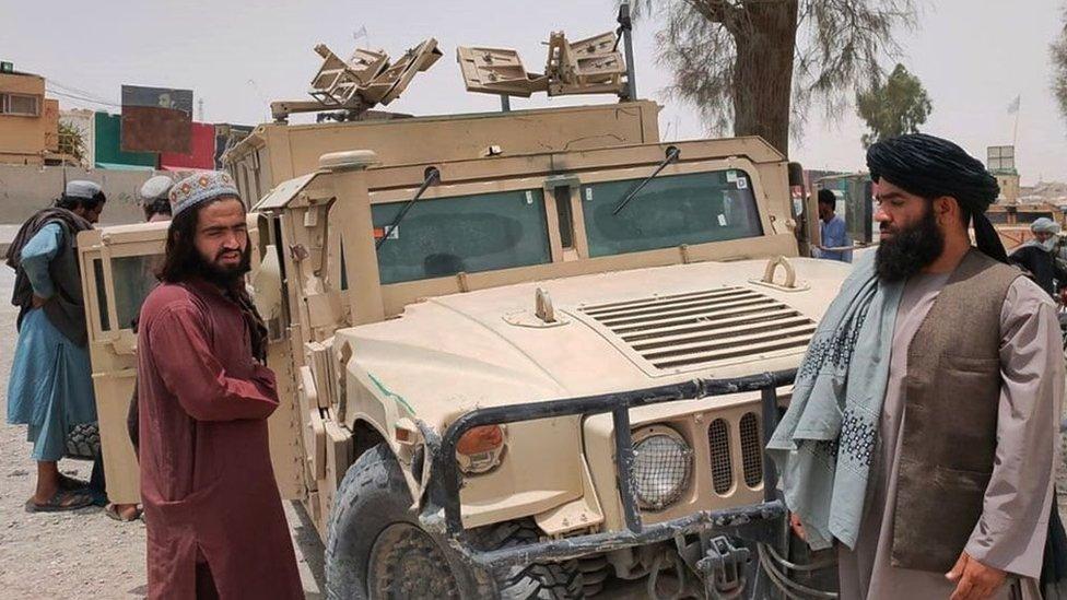Talibanes con un vehiculo capturado