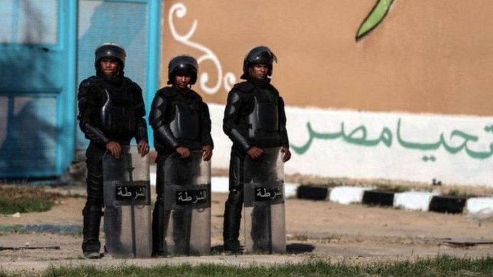 جنود يقفون أمام بوابة أحد السجون في مصر