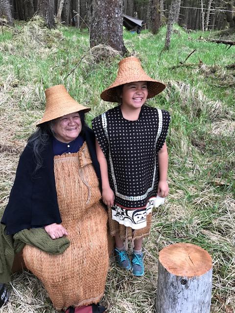 Diane Brown, con el sombrero tradicional de los haida, acompañada de su nieta.