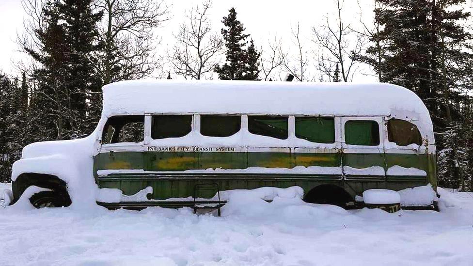 El autobús está bajo la nieve.