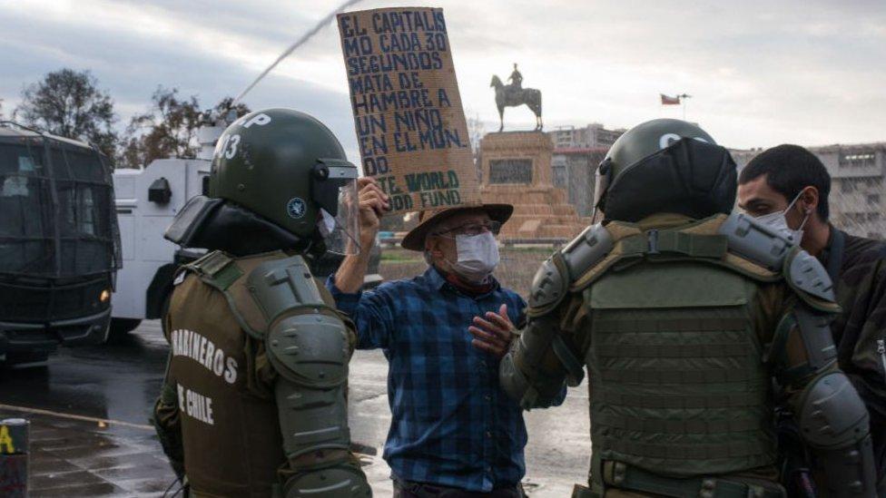 En la región Metropolitana, más de 60 manifestantes terminaron detenidos el 27 de abril, según informó Carabineros.