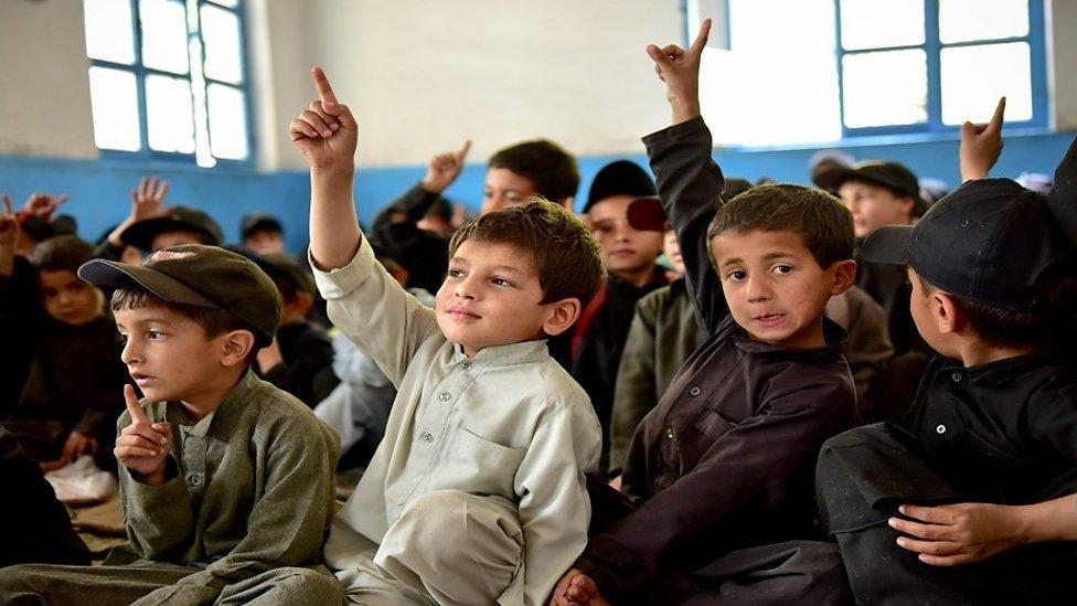 کتنے پاکستانی بچے سکول جاتے ہیں؟