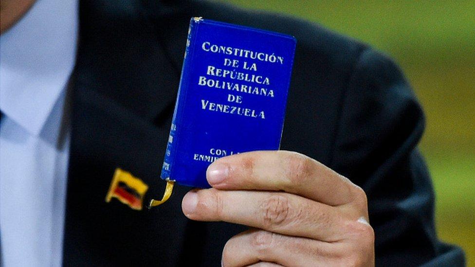 Foto de la constitución venezolana
