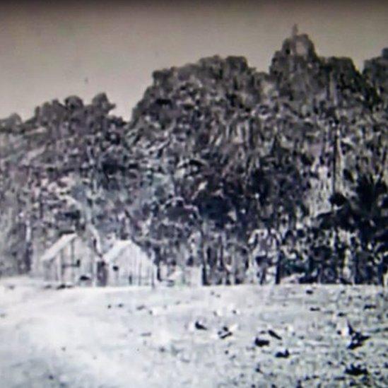 Casas bajo la roca de Clipperton.