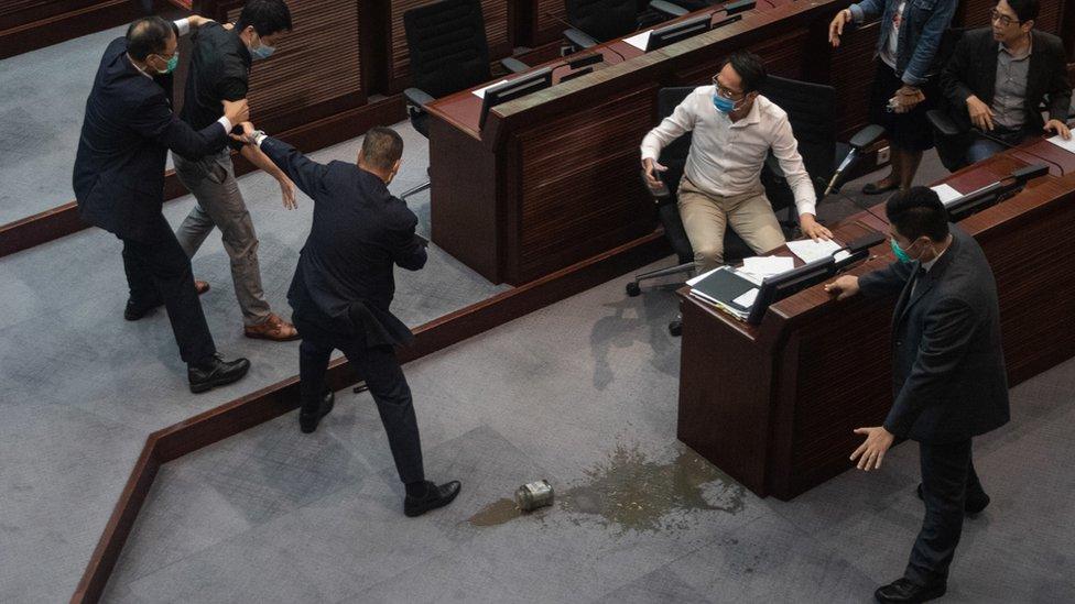 許智峯(左二)投擲「臭彈」之後被香港立法會保安員制服(4/6/2020)