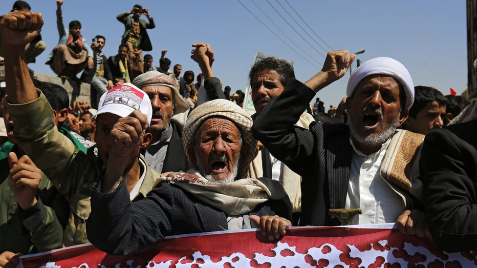 """Yemenis shout slogans during an anti-Saudi rally protesting Saudi-led airstrikes on a funeral hall, outside the UN offices in Sana""""a, Yemen, 09 October 2016"""