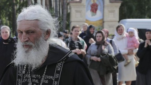 El sacerdote ha cambiado legalmente su apellido por el de la última dinastía imperial de Rusia.
