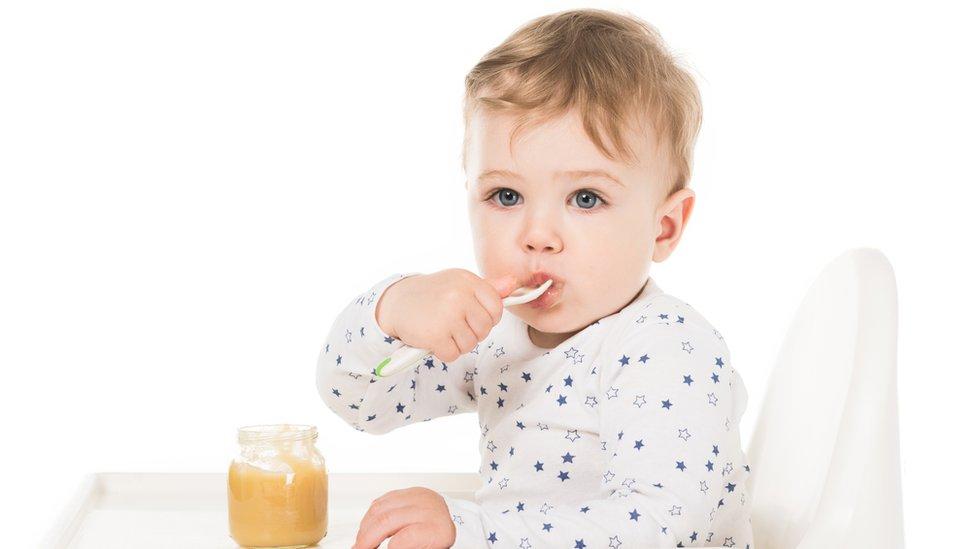 dečak jede kašicu