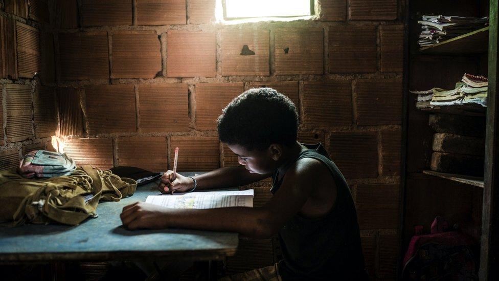 Dečak u Brazilu uči kod kuće
