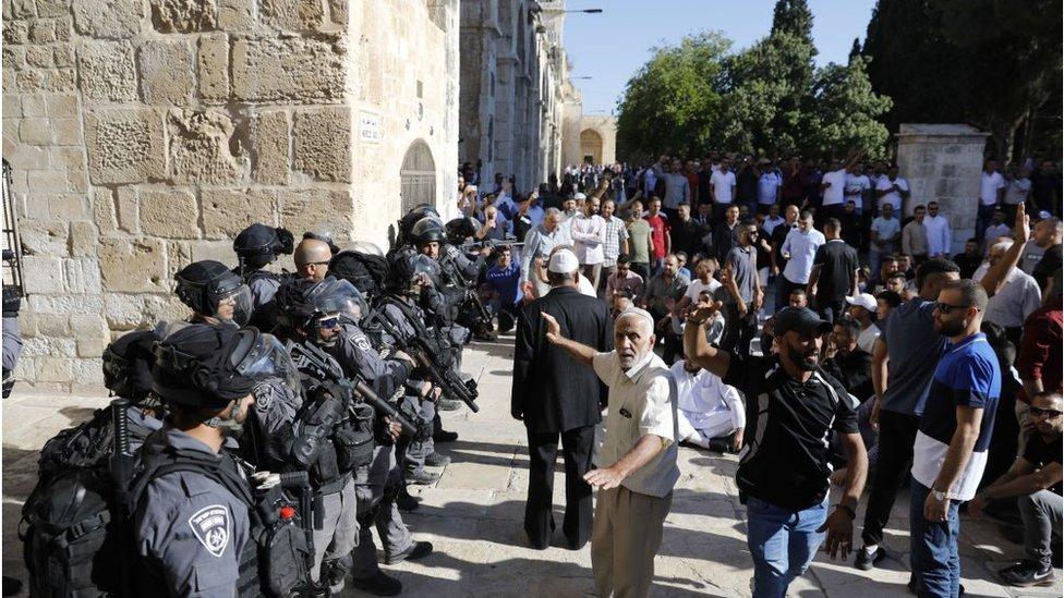 شرطة إسرائيلية وفلسطينيون في الأقصى