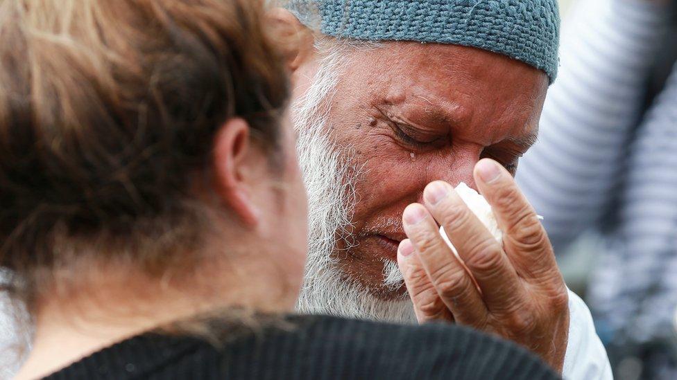 أحد رواد المسجد الذي استهدف يبكي