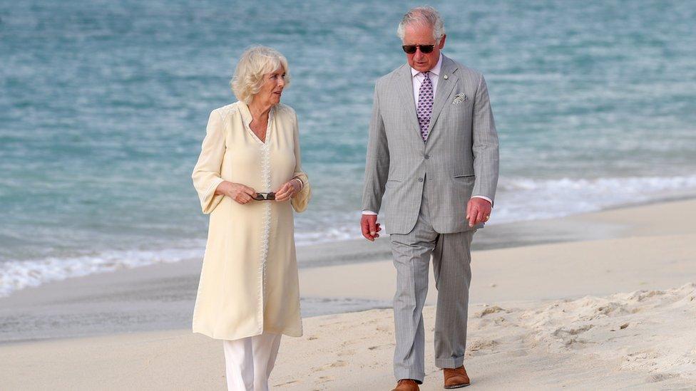 Princ Čarls i Kamila na plaži u poseti Grenadi