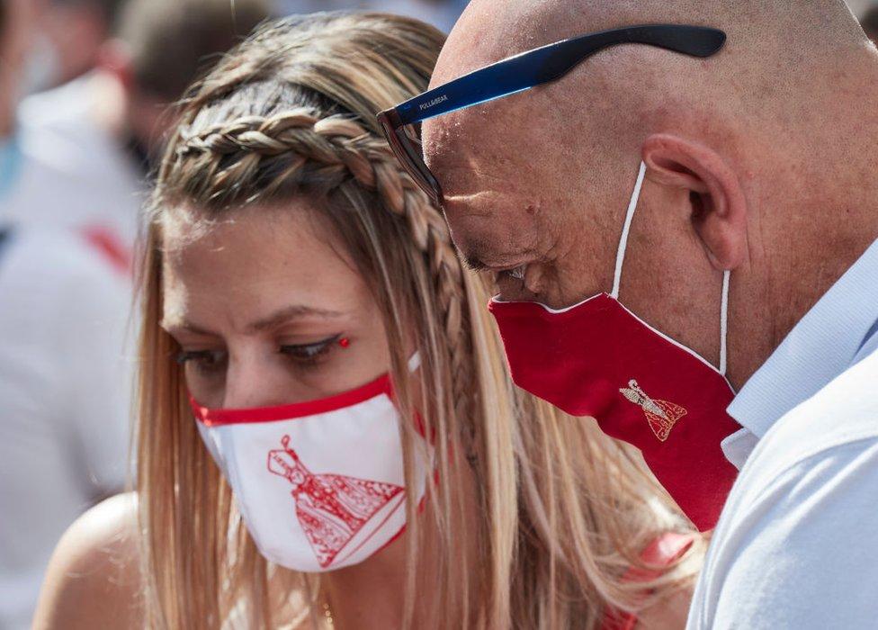 Dos personas con mascarilla en Pamplona, España, el 7 de julio de 2020.