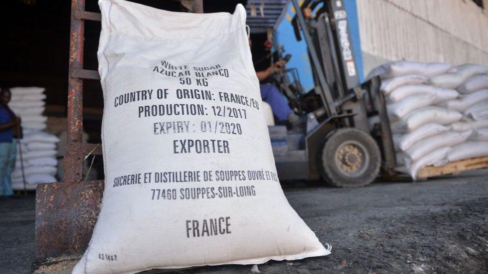 Saco azúcar blanco importado desde Francia en Cuba.
