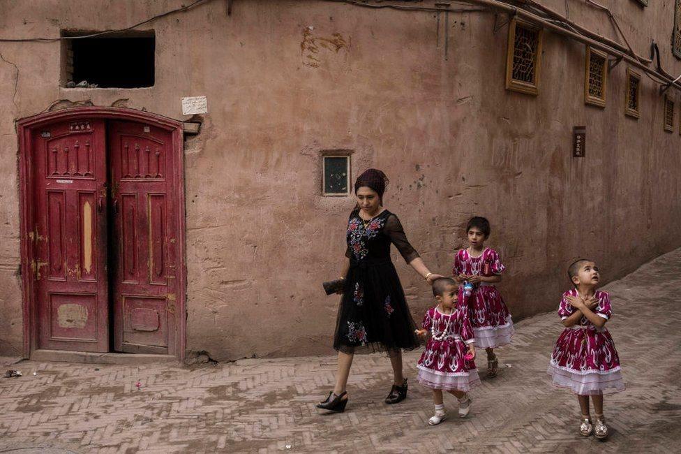امرأة وثلاثة بنات