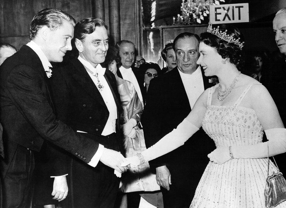 電影《沙漠梟雄》倫敦首映式上女王(右)與賓客握手(10/12/1962)