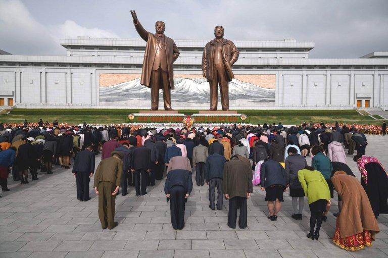 Los norcoreanos rinden tributo al monumento de Kim Il-sun y Kom Jong-il.