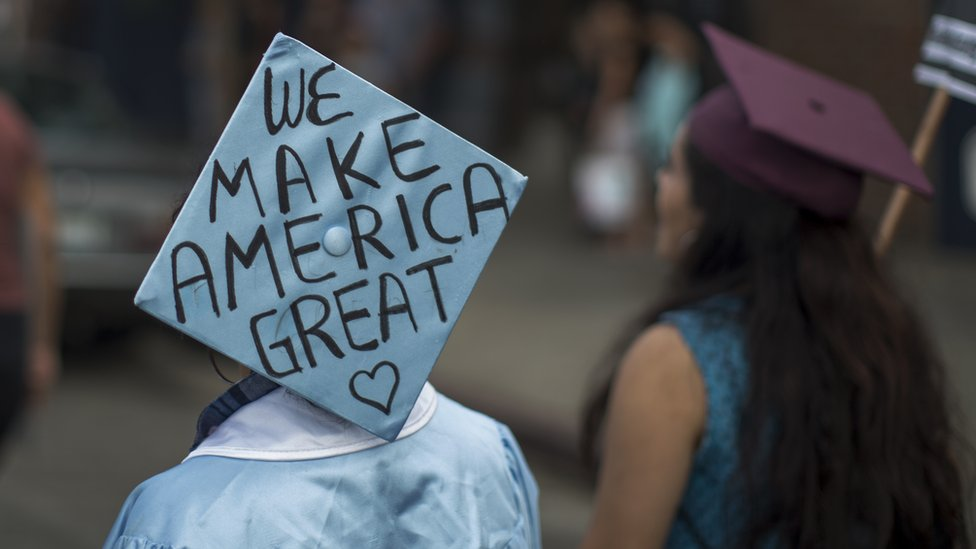 """""""Nosotros hacemos grande a Estados Unidos"""", se pudo leer en esta marcha de inmigrantes en Estados Unidos."""