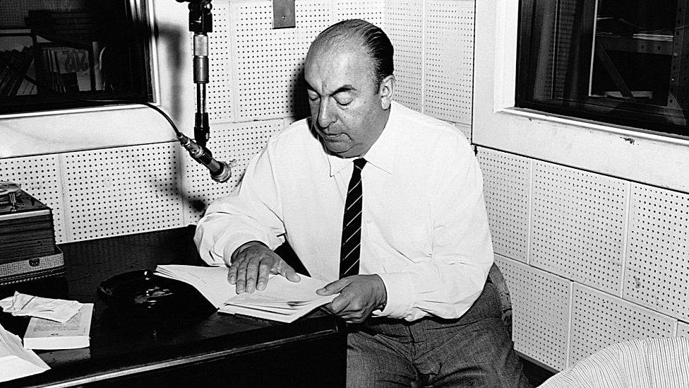 Neruda recitando sus peosías.