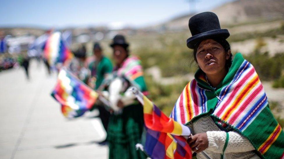 Podržavaci su se okupili duž puta kojim je Morales prošao