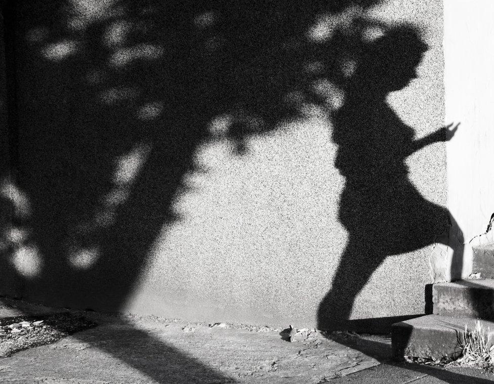 Sombra de mujer.