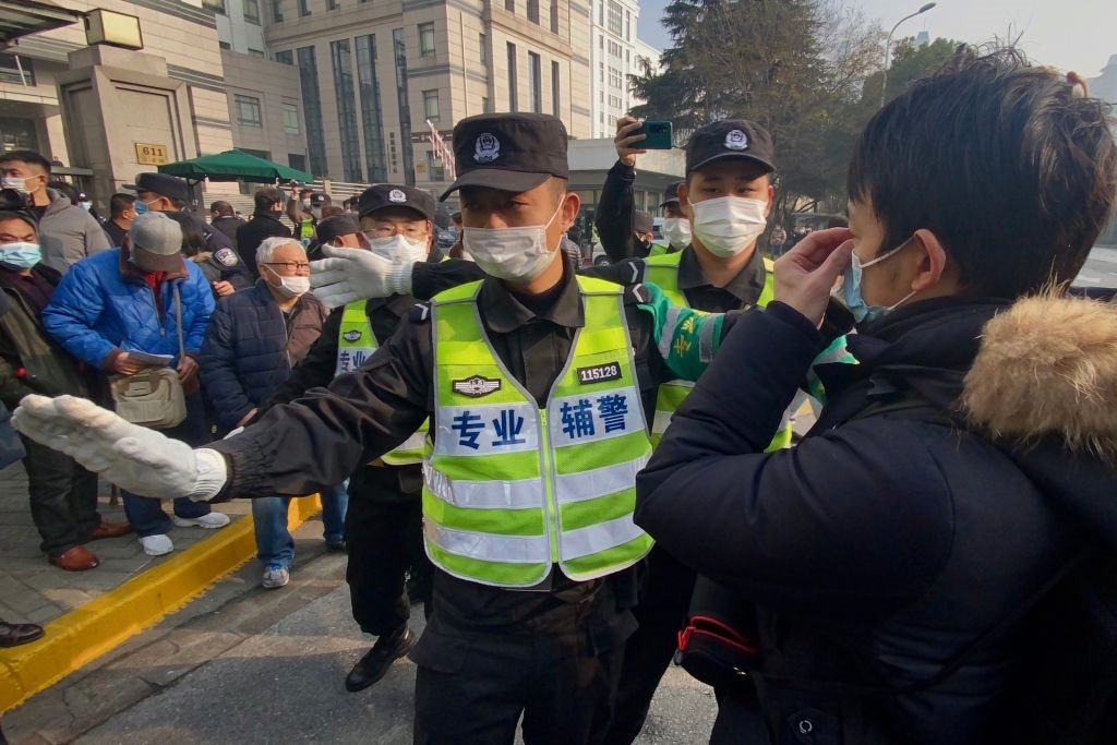 警察阻攔到場的記者和路人拍攝。