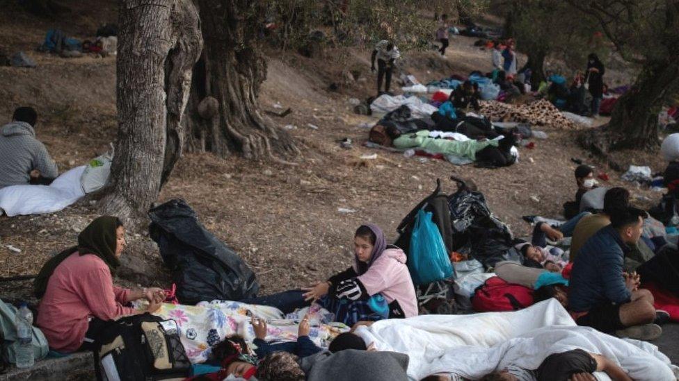 Migrantes durmiendo en el bosque después de huir del campamento de Moria, 10 de septiembre de 20