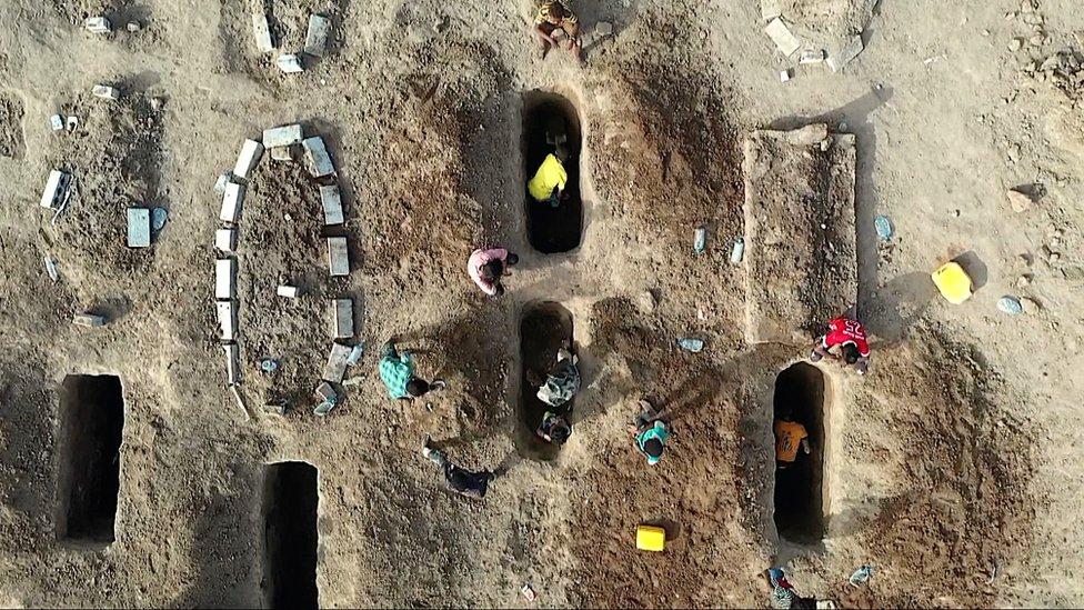 القبور في مقبرة الرضوان