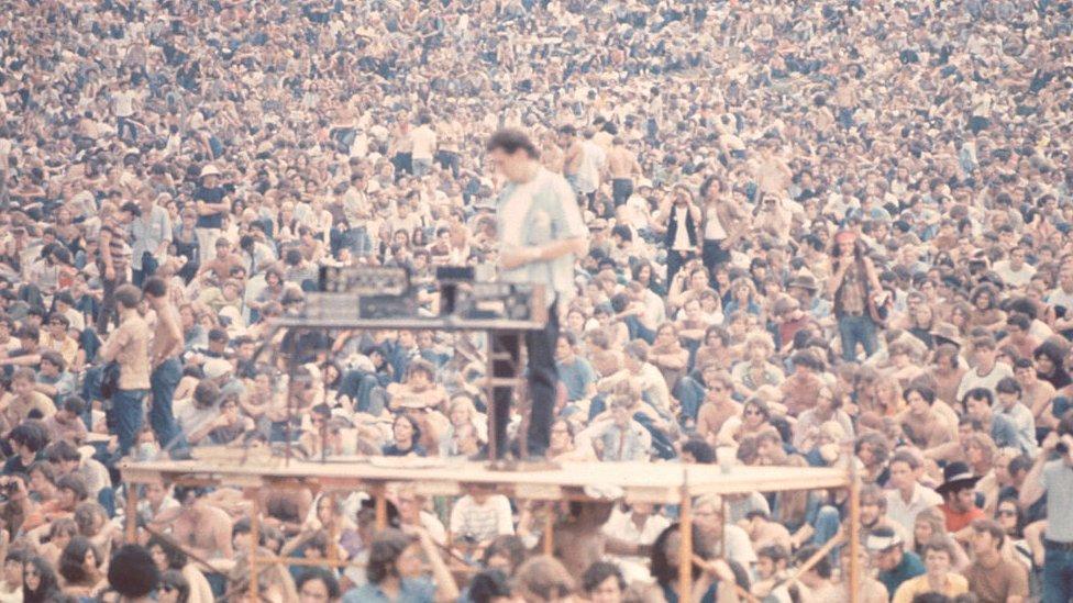 Un técnico de sonido alrededor de miles de personas en Woodstock.