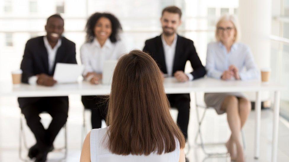 Mujer en entrevista de trabajo.