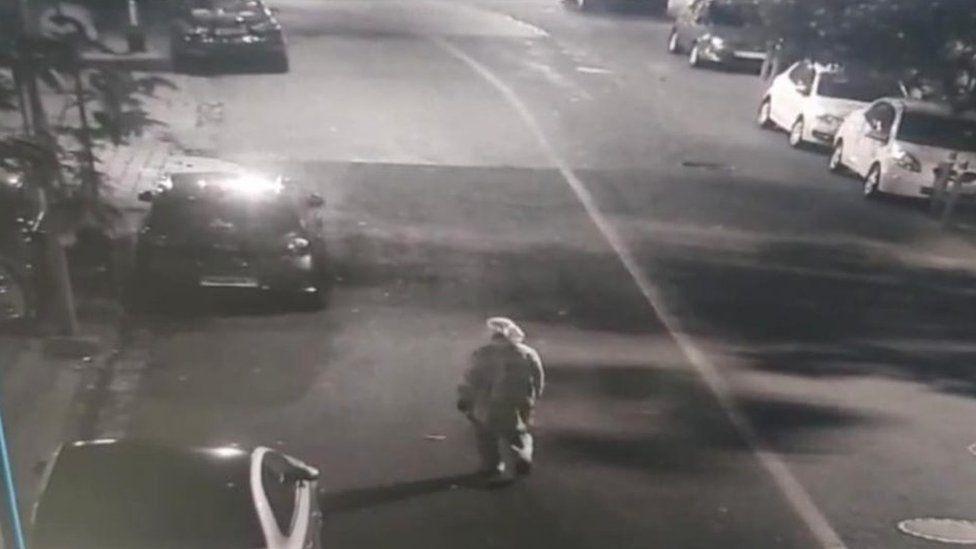 Un hombre en equipo de protección abandonando el vehículo con explosivos