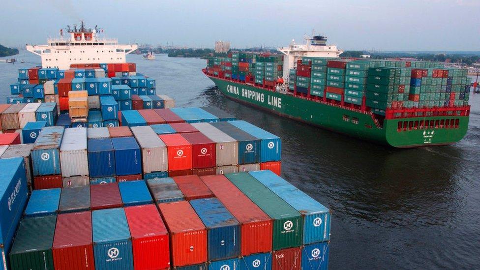 Dos buques de carga