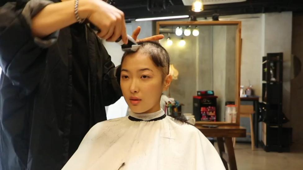 Lee mientras le cortan el pelo