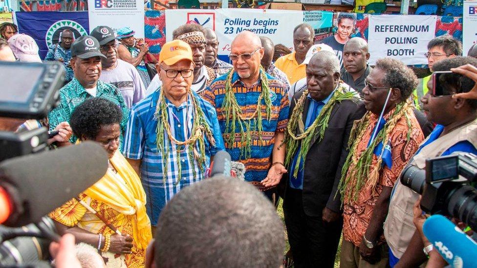 presidente bougainville habla a periodistas