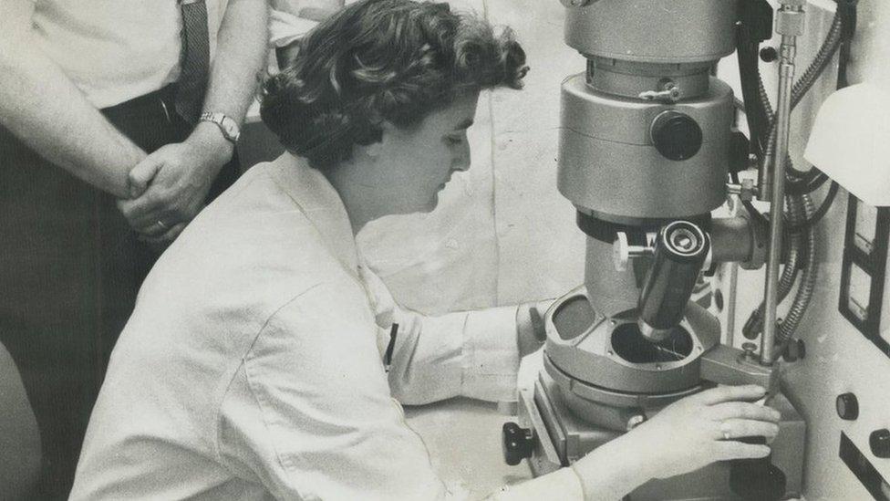 Džun Almeida sa svojim elektronskim mikroskopom u Ontarijskom institutu za rak u Torontu 1963. godine
