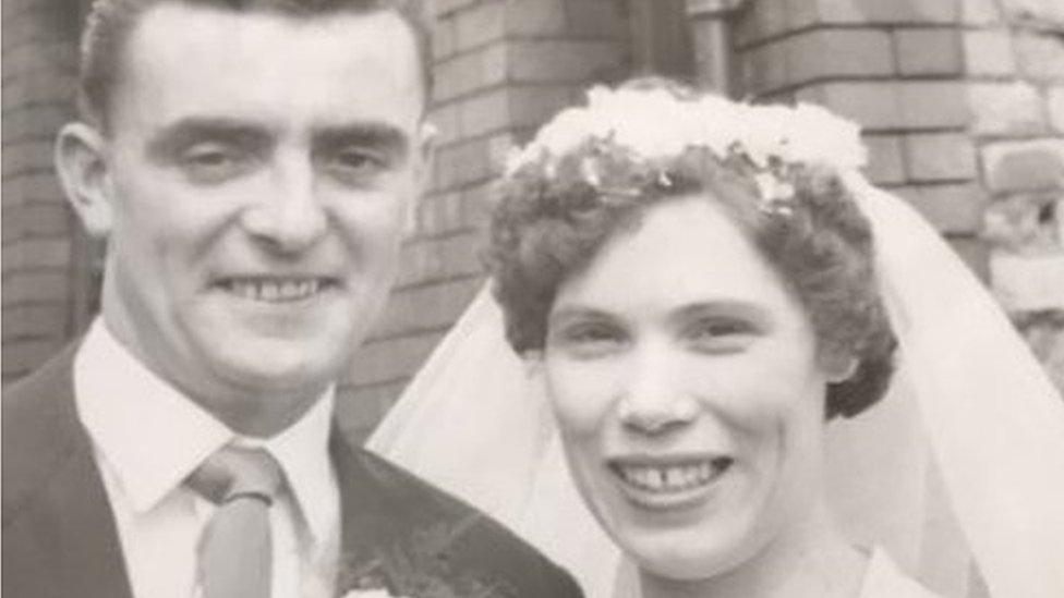'Nossa mãe morreu de coronavírus enquanto estávamos no funeral de nosso pai'
