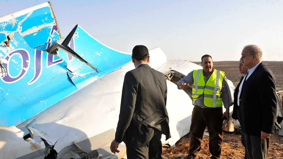 Egyptian PM Sherif Ismail (r) looks at the remains of the crashed passenger jet