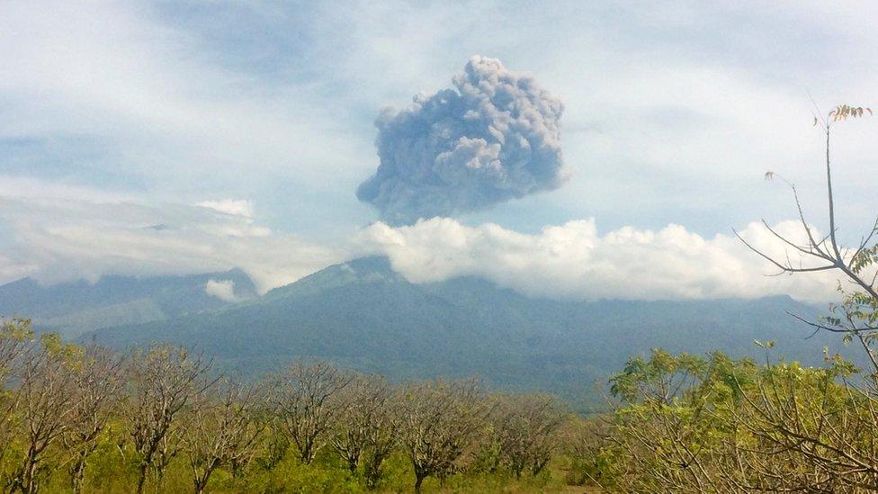 La erupción del volcán Monte Barujari, en Indonesia, en 2016