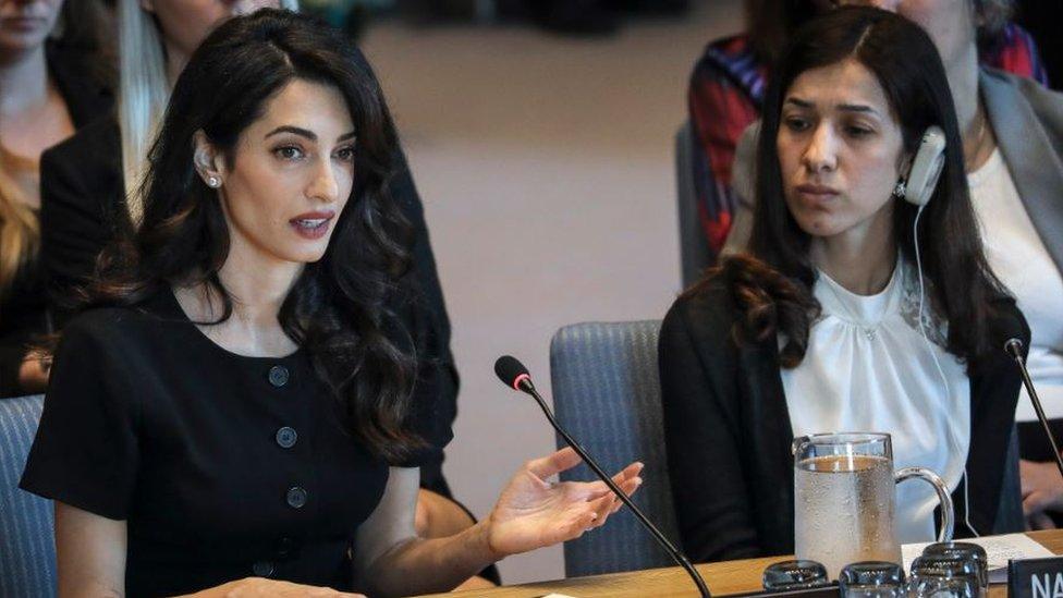 الحقوقية أمل كلوني والناشطة الحقوقية العراقية نادية مراد في جلسة بمقر الأمم المتحدة