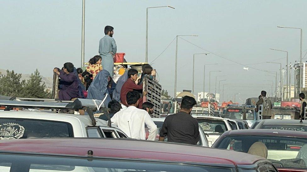 Tráfico en Kabul. Familias intentan huir.