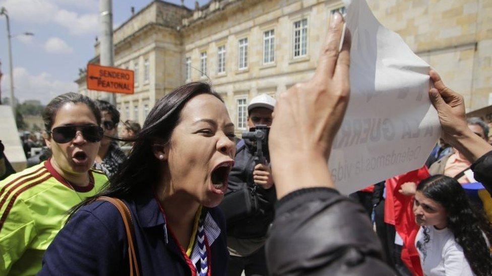 Manifestantes se confrontan
