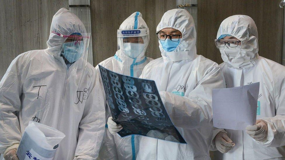 Médicos analizando una tomografía.