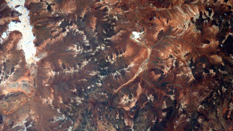 Una fotografía satelital del cráter.
