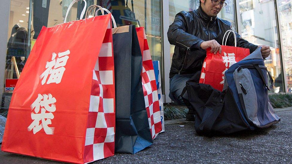 Bolsas rojas marcadas con los caracteres fukubukuro