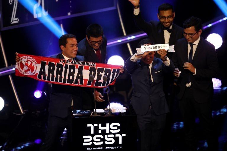 Hinchas de Perú reciben el premio The Best