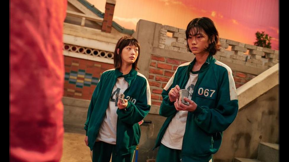 """Sae-byok interpretada por la modelo Jung Ho-yeon (derecha), una desertora norcoreana, en una escena de """"El juego del calamar""""."""